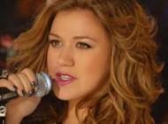 طوفانی که آهنگ این دختر جوان در اینترنت به پا کرد + عکس
