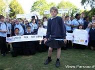 این پسر به نشانه اعتراض با دامن خواهرش به مدرسه رفت!