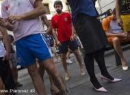 مسابقه دو آقایان با کفشهای پاشنه بلند و لباس زنانه +تصاویر