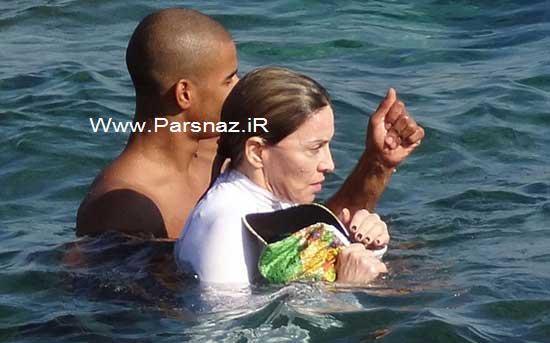خواننده ۵۴ ساله با دوست پسر ۲۶ ساله اش در حال شنا