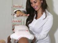 مدل مشهور بریتانیایی در حال آموزش یاد گرفتن بچه داری