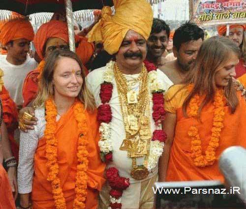 مرد مقدس و معروف در آغوش دو دختر جوان! (عکس)