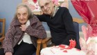 عشق واقعی یک پیرمرد 93 ساله به همسرش (عکس)