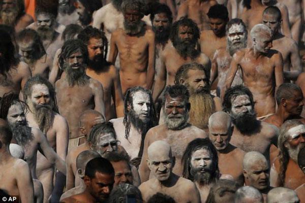 www.parsnaz.ir -  عکس های مردان عریان در مراسم عجیب رهایی از گناه