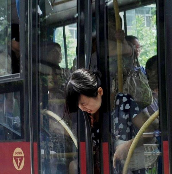 نمایش پست :هنگام پیاده شده از اتوبوس مراقب باشید که گرفتار نشید..(عکس)