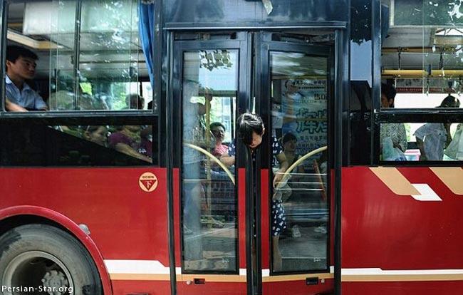 هنگام پیاده شده از اتوبوس مراقب باشید که گرفتار نشید..(عکس)