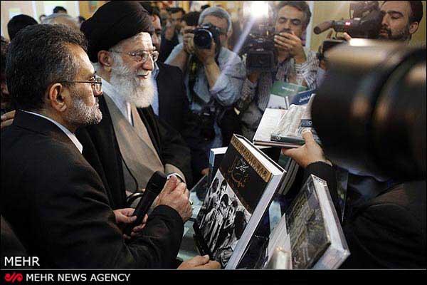 بازدید رهبر انقلاب اسلامی از نمایشگاه کتاب (عکس)