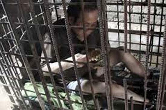 این مرد 11 سال در یک قفس زندانی بود (عکس)