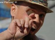کار عجیب عبور همزمان انگشت از چشم و دهان این آقا (18+)