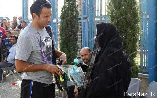 زنی که به استقلالی ها رز آبی تقدیم کرد (عکس)
