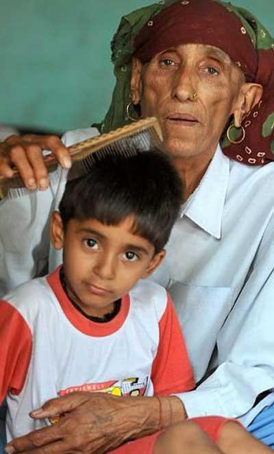 زنی که لقب پیر ترین مادر دنیا را به او داده اند (عکس)