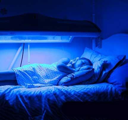 نور آبی اگر نباشد این دختر می میرد (عکس)