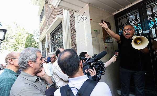 جمع شدن هنرمندان برای اعتراض در مقابل خانه سینما (عکس)