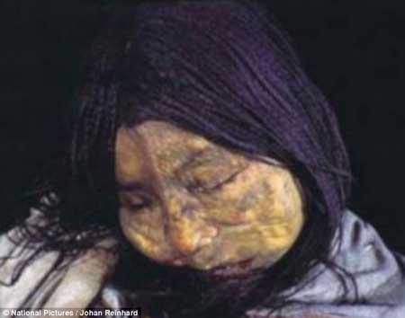 دختری که بدلیل زیبایی برای قربانی کردن انتخاب شده بود (عکس)