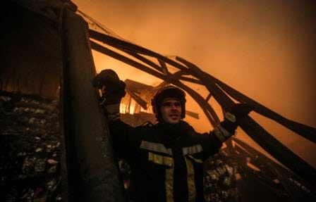 تصایری از حریق انباری پر از کالا در تهرانپارس