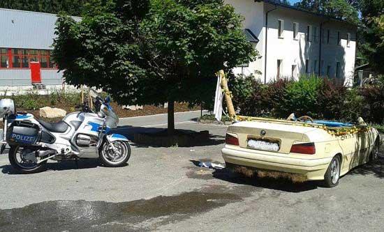پسری که در حین رانندگی آب تنی هم می کرد (عکس)