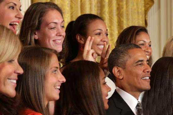 شوخی دختران با اوباما که سوژه روز شد (عکس)