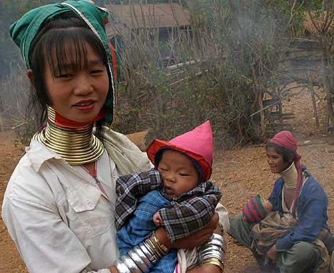 زنان گردن زرافه ای,زنان با گردن زرافه ای,زنان گردن حلقه ای,حلقه در گردن زنان تایلندی,قبیله ای در تایلند,زنان قبیله در تایلند,زنان بومی تایلند