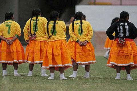 لباس مخصوص و غیر معمول تیم فوتبال بانوان