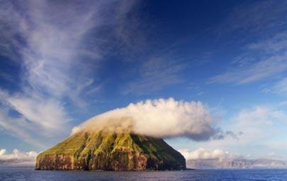 جزیره لایتلا دایمون با تاجی از ابر (عکس)