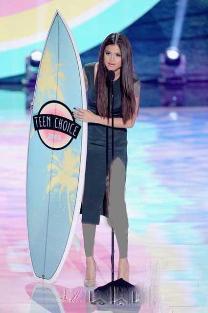 مراسم ۲۰۱۳ Teen Choice Awards و دادن جایزه به سلنا