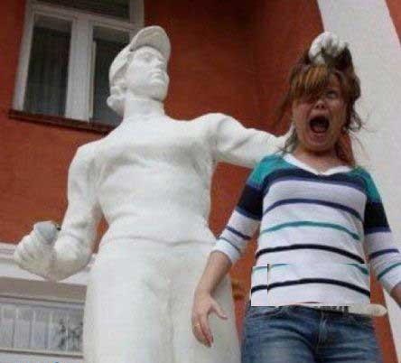 ژست های بامزه و دیدنی با مجسمه (عکس)