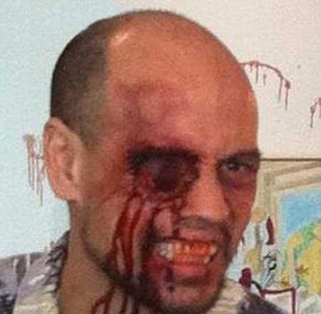 مردی که انگشتش را از دهان وارد و از چشم خارج می کند (عکس)