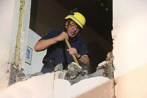 مردی که از فرط چاقی خانه اش را خراب کردند (عکس)