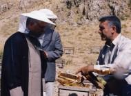 آیتالله هاشمی در لباس زنبور داران (عکس)
