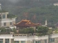 معبدی عجیب بر روی بام آسمان خراش (عکس)