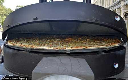 غول پیکر ترین پیتزای جهان (عکس)