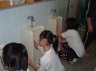 تنبیه چندش آور دختران (عکس)