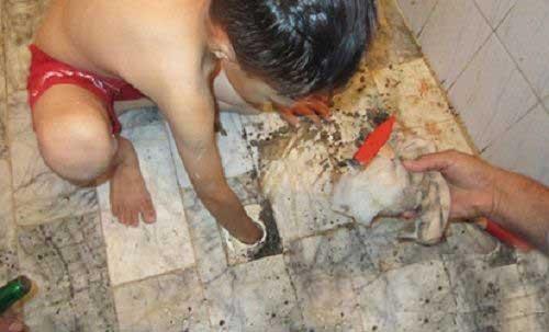 شیطنت یک پسر بچه در حمام خبر ساز شد (عکس)