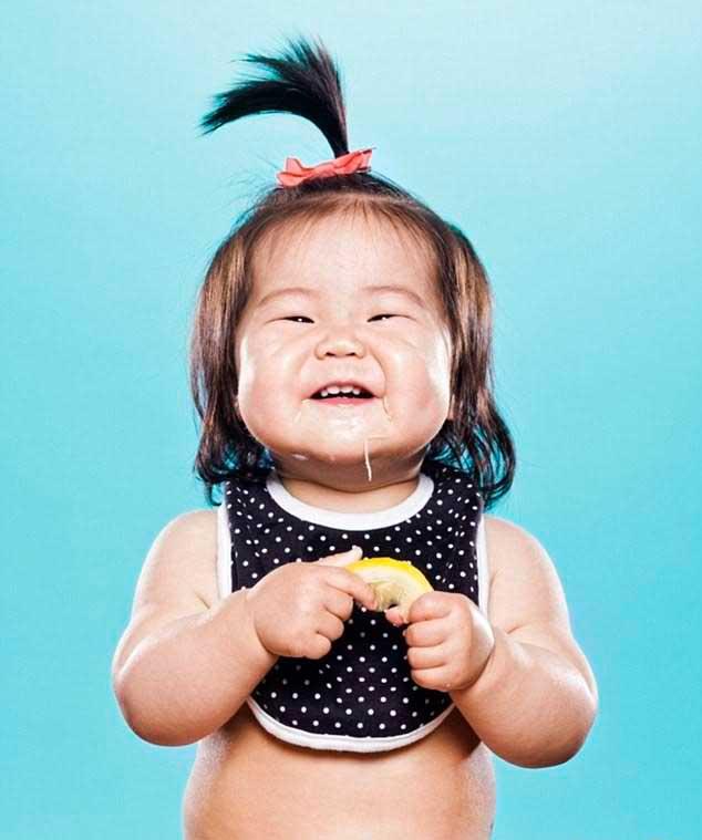 عکس های خنده دار قیافه کوچولو ها بخاطر خوردن لیمو