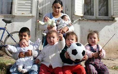 دختر 17 ساله و 7 فرزندش (عکس)