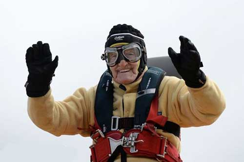 پیر مرد 93 ساله با شجاعت حیرت آور (عکس)