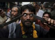 مراسم وحشتناک بیرون آوردن حدقه چشم با چاقو (عکس)