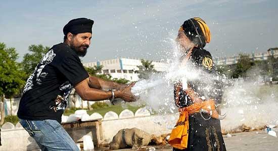 تصاویر پسر بچه هندی که با مرگ بازی می کند