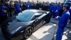 نابود کردن ماشین گران قیمت بخاطر اعتراض (عکس)