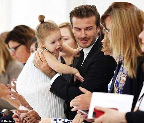 حضور دیوید بکهام و دخترش در فشن شو همسرش