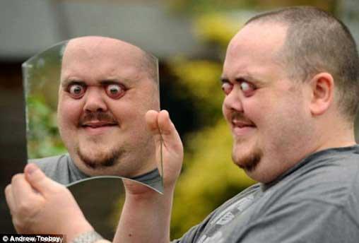 مردی که به راحتی حدقه چشم خود را بیرون می اورد