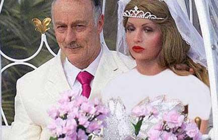 ازدواج جنجالی مرد 55 ساله با مانکن مصنوعی (عکس)