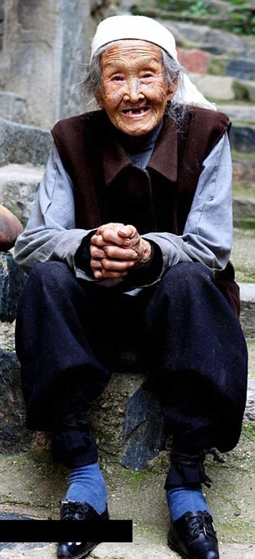پیرزنی از نسل پاکوتاه (عکس)