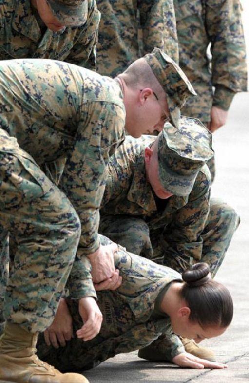 نمایش پست :عکس های خنده دار از غش سربازان در مراسم رسمی..!