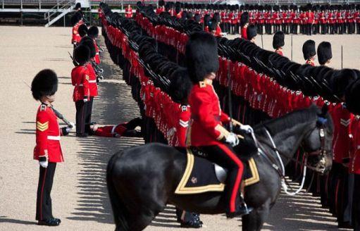 عکس های خنده دار از غش سربازان در مراسم رسمی..!