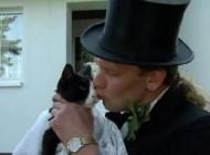 ازدواج عجیب و قانونی مردی با یک گربه..(عکس)