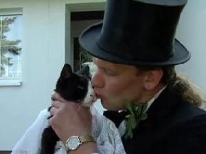 نمایش پست :ازدواج عجیب و قانونی مردی با یک گربه..(عکس)