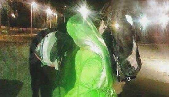 زنی که بخاطر بوسیدن اسب مطعلقه شد (عکس)