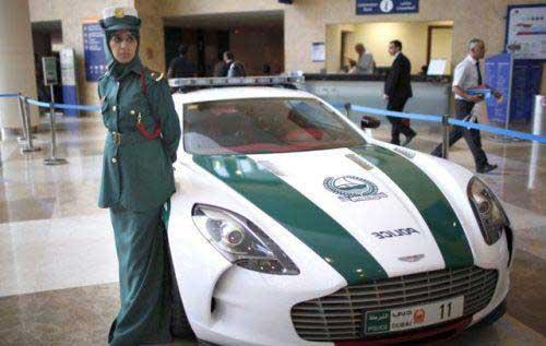 پلیس های زن در کنار ماشین پلیس های گران