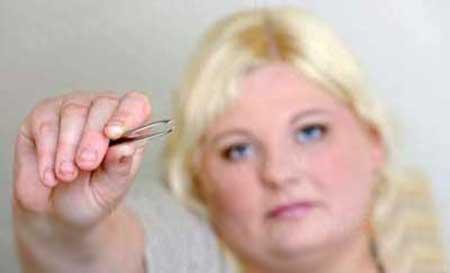 زنی که دیوانه وار موهای خود را می کند (عکس)